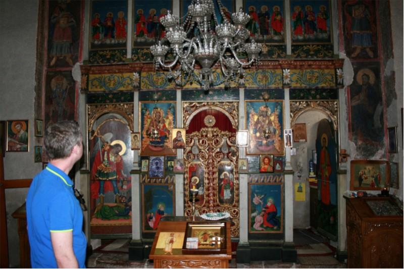 manastir-Naupara-ikonostas-i-posetilac
